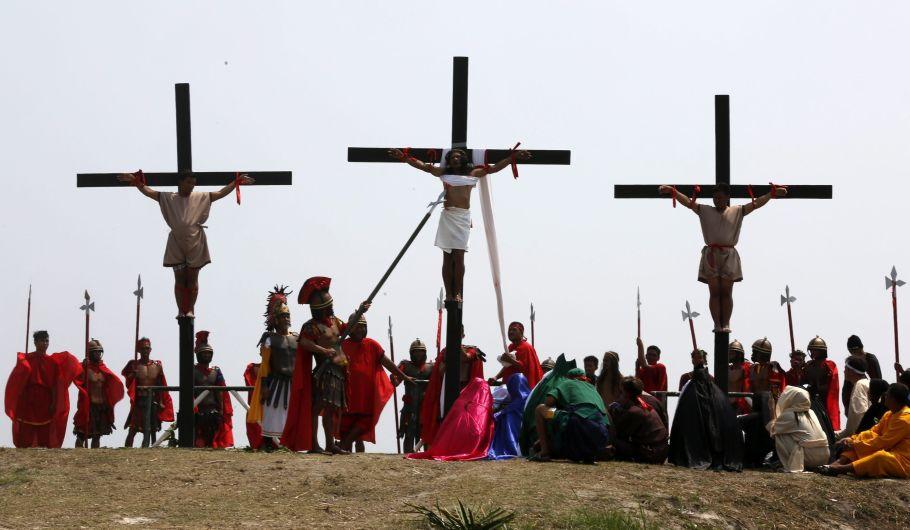 FRM13 SAN FERNANDO (FILIPINAS) 25/03/2016.- El penitente Ruben Enajes (c) es clavado en una cruz por trigésimo año consecutivo durante la reconstrucción de la crucifixión de Jesucristo con motivo del Viernes Santo en San Pedro Cutud en San Fernando (Filipinas) hoy, 25 de marzo de 2016. EFE/Francis R. Malasig